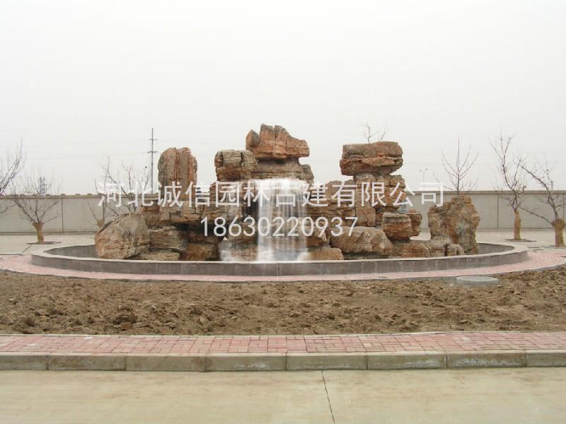 如前所述,建筑不仅仅是技术科学,而且是一种艺术。中国古代建筑经过长时期的努力,同时吸收了中国其他传统艺术,特别是绘画、雕刻、工艺美术等造型艺术的特点,创造了丰富多彩的艺术形象,并在这方面形成了不少特点。其中比较突出的,有以下三个方面。 屋顶 中国古代建筑的屋顶形式 中国古代建筑的屋顶形式 中国古代的匠师很早就发现了利用屋顶以取得艺术效果的可能性。