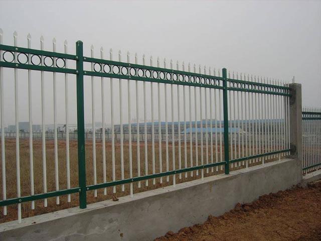 锌钢护栏的优势:  1,安全性:采用高强度锌合金,经过t5热处理成形,并