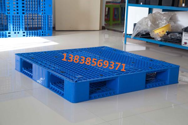 河南荣新塑料制品有限公司(河南桶装水塑料托盘|焦作川字网格塑料托盘)是浙江荣新集团在河南的办事处,荣新塑料托盘生产厂家是一家专业的塑料托盘制造商(塑料栈板、塑料卡板)生产厂家。公司生产制造的各种货架系列、标准系列、轻型系列、出口免熏蒸托盘系列的塑料周转托盘,垫仓板等,一次性注塑成型,技术与国际接轨。广泛应用化工,石化,食品,啤酒/饮料,水产品,饲料,制衣,制鞋,电子电器,玻璃等诸多行业的物流搬运仓储业。 河南桶装水塑料托盘|焦作川字网格塑料托盘 送货电话 13838569371 塑料托盘有哪些好处   1