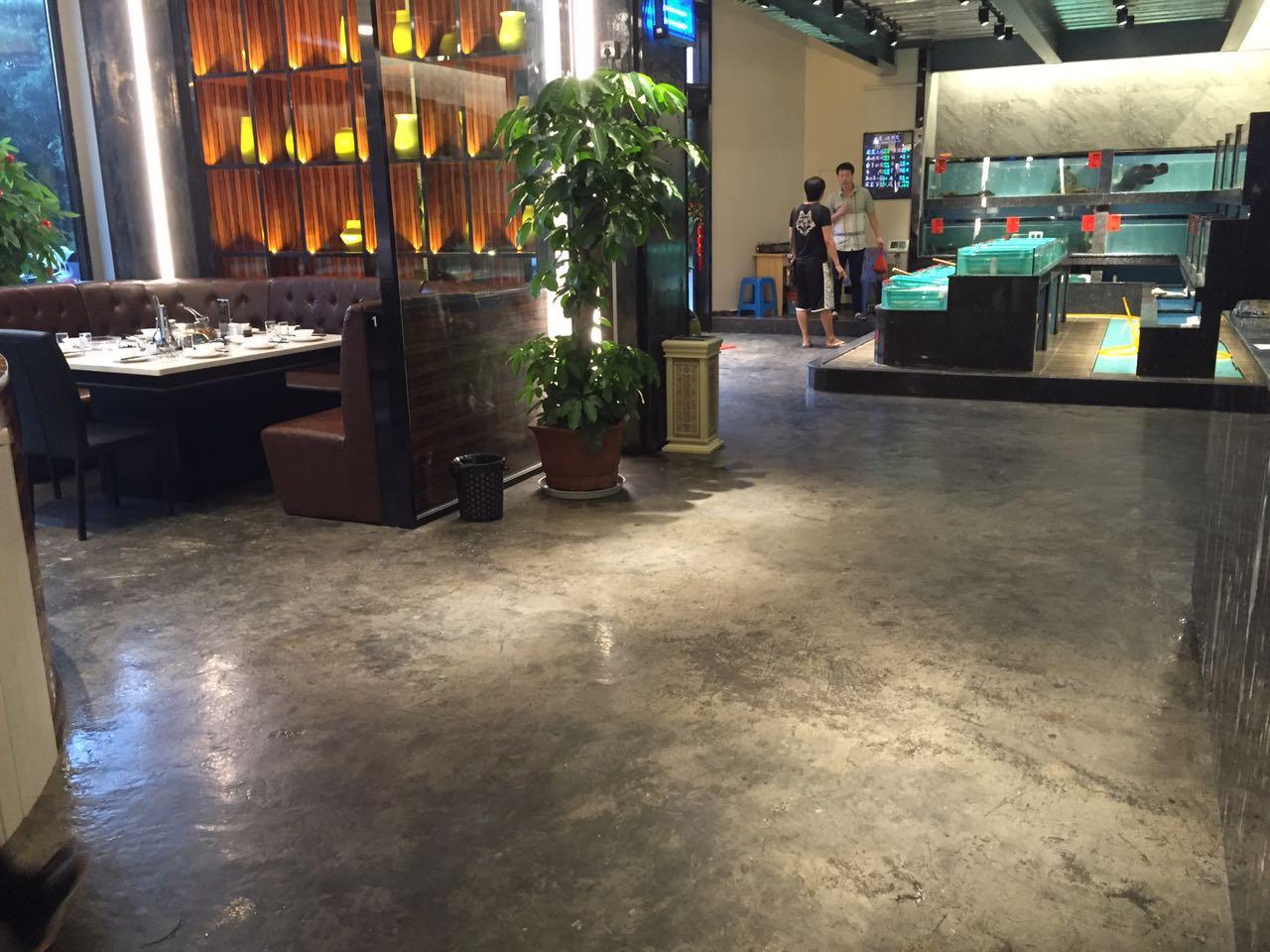 扬州咖啡厅艺术水泥地面漆,扬州咖啡厅仿古地坪漆,扬州咖啡厅水泥地面做旧漆,扬州咖啡厅怀旧地坪漆,扬州咖啡厅纹路纹理地坪漆,扬州咖啡厅复古地坪漆,扬州咖啡厅艺术复古地坪漆,扬州咖啡厅艺术墙面漆是采用进口原材料精心提炼的树脂与地面或墙面上的水泥起化学反应而生成的不规则的自然的图案,广泛运用于艺术中心、博物馆、家庭客厅、书房、商场,酒吧,KTV,咖啡店,咖啡厅,外贸高档服装店,餐饮店,茶楼,桌球室,宾馆酒店等娱乐场所,地面装修中。
