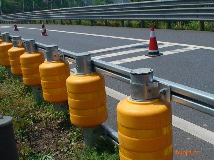 旋转护栏采用一柱四栏方式,通过加强立柱和护栏的性能及安装方式,有效地防止汽车穿越防护栏,驶出行驶车道。并开创性地采用一种旋转结构,把富有弹性且防撞耐磨的旋转桶支撑在立柱上,使旋转桶可以在立柱上自由旋转,通过旋转桶的这种自由旋转分解汽车撞击力,使垂直于护栏方向的撞击力分解到平行于护栏的方向上,被旋转桶有效地吸收和减小,从而有效地减轻交通事故造成的后果。旋转桶采用EVA和聚氨酯的复合材料,这种高强度EVA和聚氨酯材料本身就富有弹性且防撞耐磨,可以避免旋转桶受冲击时被撞碎,有效地对防护栏和司乘人员进行保护。除