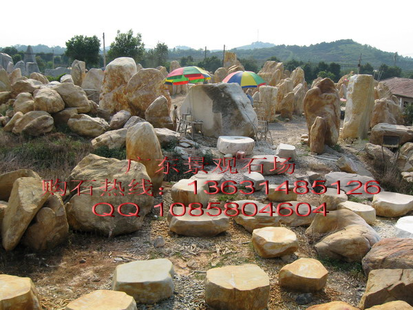 鹅卵石堆成的风景图片