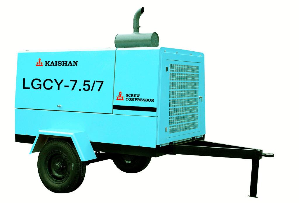 柴油移动式螺杆空气压缩机,广泛应用于公路、铁路、矿山、水利、造船、城建、能源、军工等行业。 浙江开山压缩机股份有限公司一直是我国柴油移动式螺杆空压机的市场领导者,也是国内唯一有能力生产两级压缩高压螺杆主机的企业。产量每年大幅增长,在国内移动式螺杆空压机市场占有率遥遥领先。 开山牌柴油移动式螺杆空压机高效可靠,品种齐全,功率范围37~300kW、排气量范围覆盖至30m3/min、排气压力最高至2.